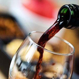 Wein trinken in der Roots Sportsbar Braunschweig